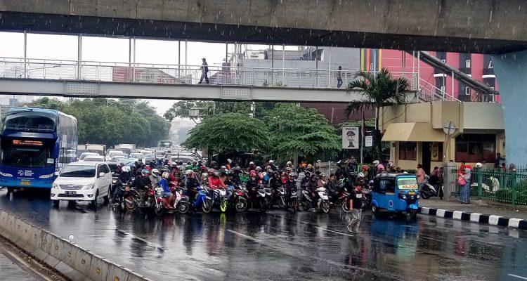 Image result for hujan di bawah jembatan