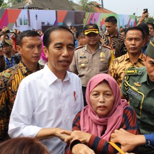 Warga Rebutan Minta Salaman Dan Foto Bareng Jokowi